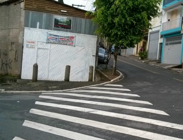 Igreja constrói barreira em calçada na zona leste. Foto: Lucas Meloni/Blog Mural
