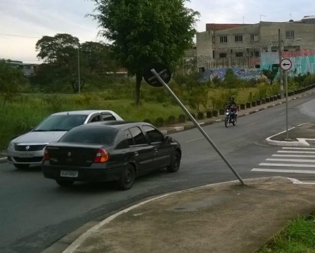 Placa de sinalização no Jardim Sapopemba ficou danificada após acidente. Foto: Lucas Meloni/Blog Mural
