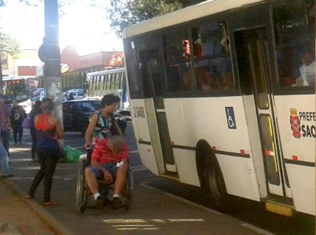 Ônibus segue viagem após desembarque de um cadeirante ajudado pelo motorista. Foto: Aline Kátia Melo/Mural