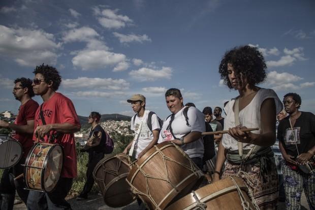 Tambores da Comunidade Cultural Quilombaque durante apresentação de Maracatu