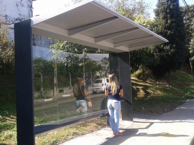 Novo ponto de ônibus tem cobertura metalizada e fundo envidraçado. Foto: Aline Kátia Melo/Mural