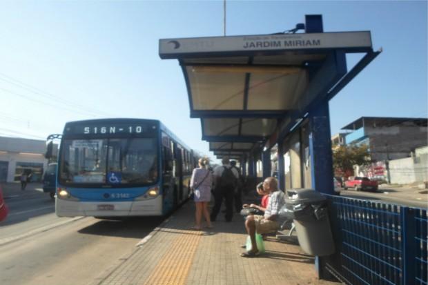 Ônibus chegando à estação de transferência Jardim Miriam (Créditos: Diogo Marcondes)