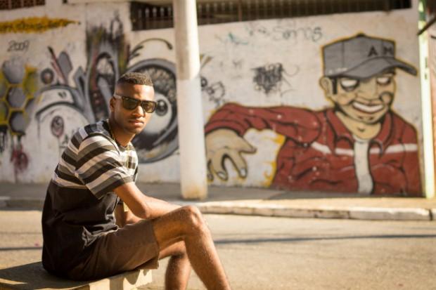 Vinicius Henrique de Souza se divide entre o trabalho de recepcionista e MC / Foto: Jéssica Costa/Blog Mural