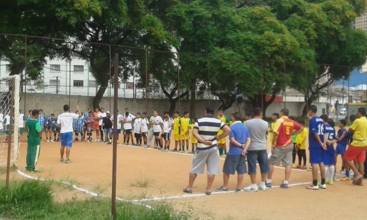 Jogo no campo da Comunidade Esportiva Novo Glicério (Foto: Carina Barros/Agência Mural)