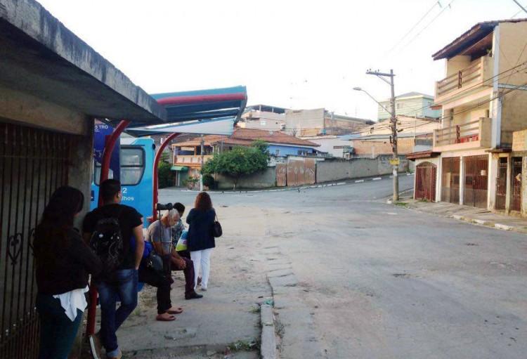 A laje da casa da vizinha é um apoio para quem espera o ônibus em dias de sol e chuva (Foto Jéssica Souza)