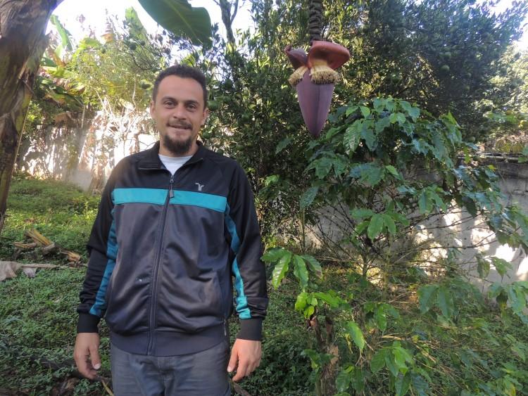 Morador de Mauá, Minadabe Lino, cultiva mais de dez tipos de frutíferas e hortaliças (Foto: Laiza Lopes/Folhapress)