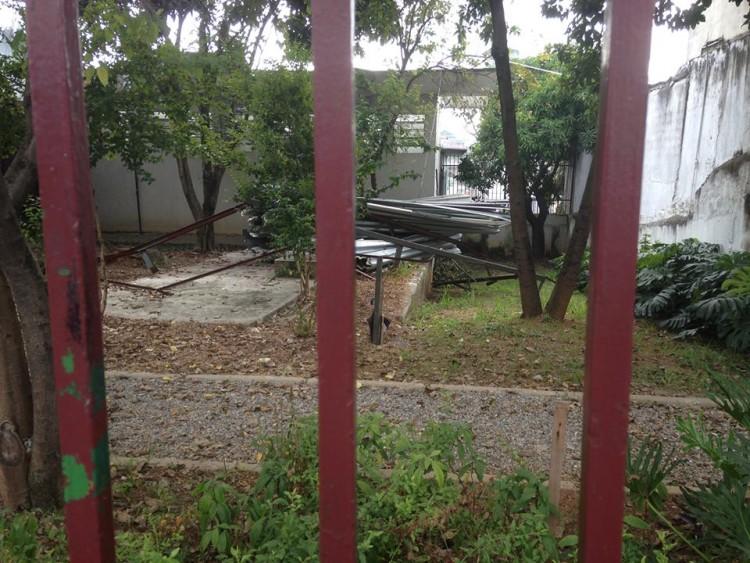 Na parte de trás, parte do telhado segue no local (Foto: Lucas Veloso/Folhapress)