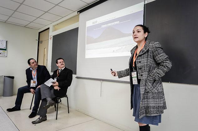A jornalista Ana Magalhães, da revista Calle 2, durante debate sobre cobertura jornalística da América Latina