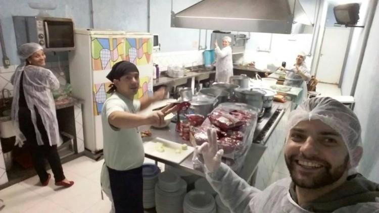 Voluntários colocando a mão na massa no projeto Amor Que Aquece - Foto_Divulgação