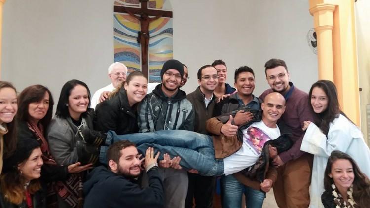 Ao final da missa, os jovens da paróquia chamaram Dindry Buck em tom de acolhida para posar para foto. (Crédito: Dindry Buck/Divulgação)