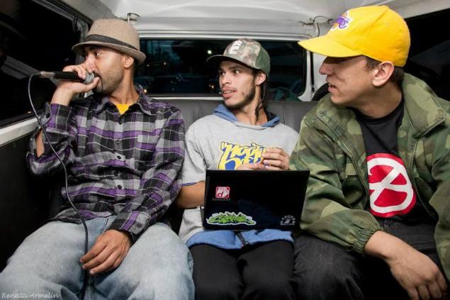 Liu na Kombi com os parceiros do rap