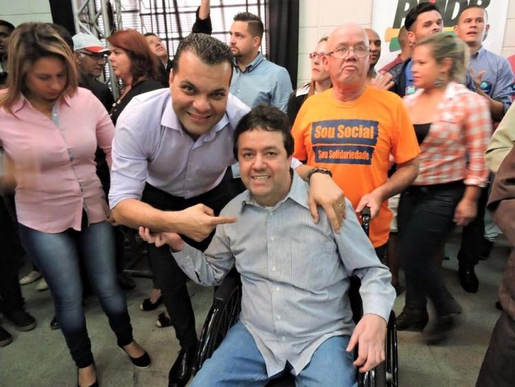 O candidato Alexandre Rainha (PMDB), de camisa e de pé, durante campanha
