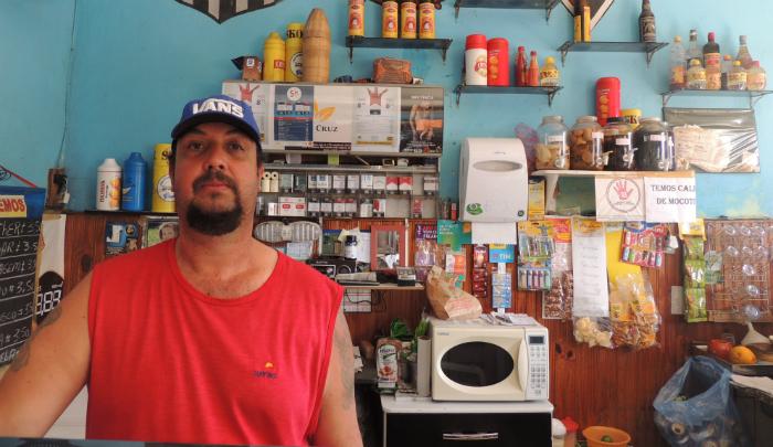 Conhecido como Tato, Luiz Pessodani é dono de um bar em Mauá desde os 16 anos  (Laiza Lopes/Folhapress)