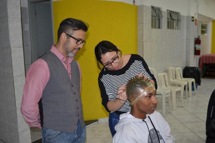 Tony Duarte dá aulas de cabeleireiro há dois anos (Foto: Eduardo Micheleto/Folhapress)