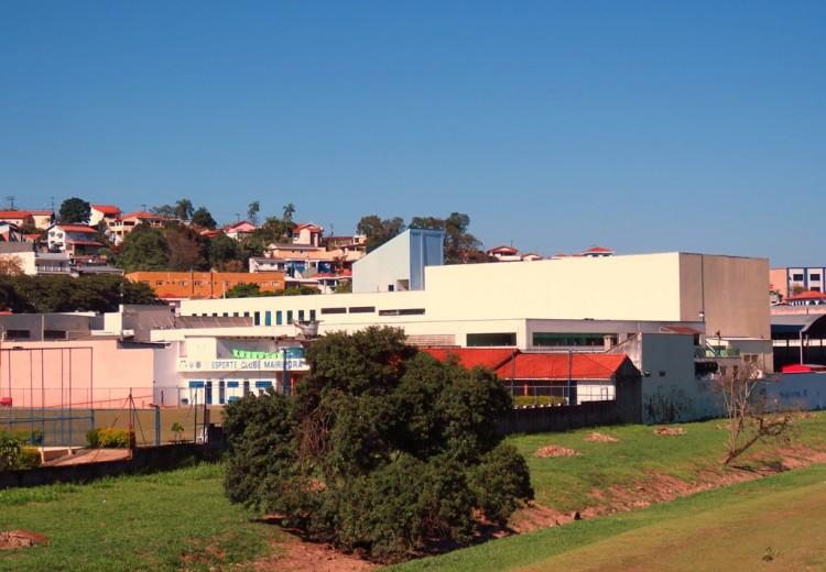 Fundos do edifício, que tem como entorno um supermercado, um deposito de gás, um colégio particular e uma área de parque. (Foto: Humberto Do Lago Müller/Folhapress)