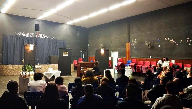 Afetados pela interdição, moradores de Mairiporã assistem a concerto de piano em espaço improvisado.