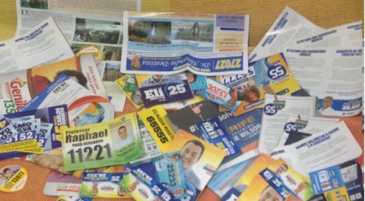 Santinhos de Eli Correa Filho (DEM) chegaram mais em Guarulhos (Foto: Thalita Monte Santo/Folhapress)