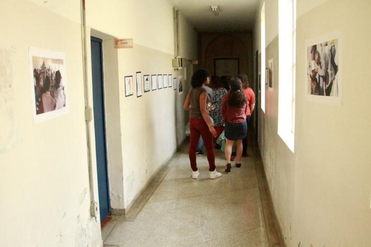 """Cena da peça """"Juquery - Memórias de Quase Vidas"""", do grupo Girandolá, que é encenada dentro de um hospital psiquiátrico (Roger Neves/Divulgação)"""