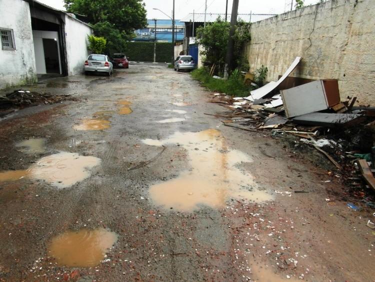 Pedranópolis – Com entulho, mato e lixo, a pequena rua alaga ou fica enlameada após as chuvas (Foto: Sidney Pereira/Folhapress)