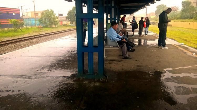 """A Estação de trem de Itaquaquecetuba, que possui """"cachoeiras"""" de água em dias de chuva."""