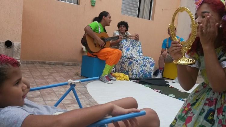 Artistas tratam de direitos humanos em peça (Foto: Lívia Lima/Folhapress)