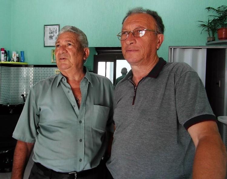 Os barbeiros Domenico e Antônio mantêm um salão há 56 anos na Vila Maria (Sidney Oliveira/Folhapress)